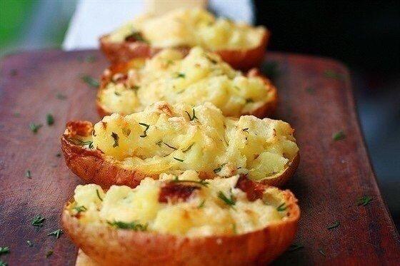 ОБОЖАЮ картофель, запеченный в мундиреНужно (4 порции):Картофель 4 шт.Чеснок 4 зубчикаМасло сливочное 100 гСметана 2 ст. л.Бекон 4 шт.Сыр твердый 200 гУкроп по вкусуЛук зеленый по вкусуСоль по