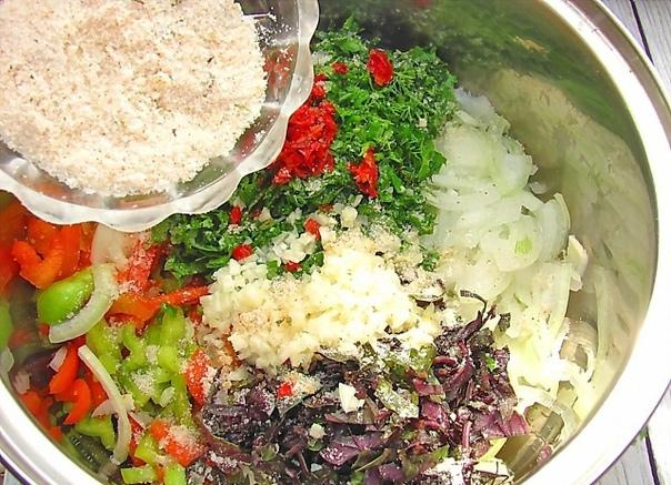 Быстрые маринованные баклажаны - с чесноком, болгарским перцем и зеленью Ингредиенты: баклажаны - 1 кг; перец чили - 0.5 шт; чеснок - 5 зубчиков; соль - 3 столовые ложки; перец болгарский - 3
