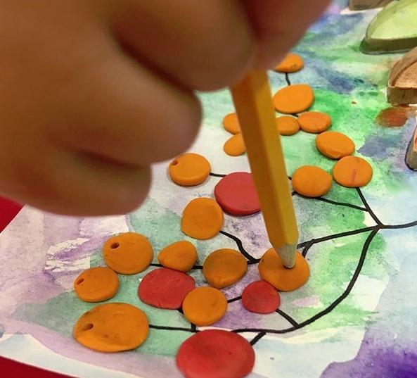 ПОДЕЛКИ ИЗ БРОСОВОГО МАТЕРИАЛА Втулки в дело. Как идеально подходят заготовки из них для рисования с детьми! В данном случае я подготовила для ребят основу для творчества, наклеив на клей ПВА