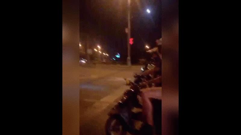 Что делают парни на светофорах
