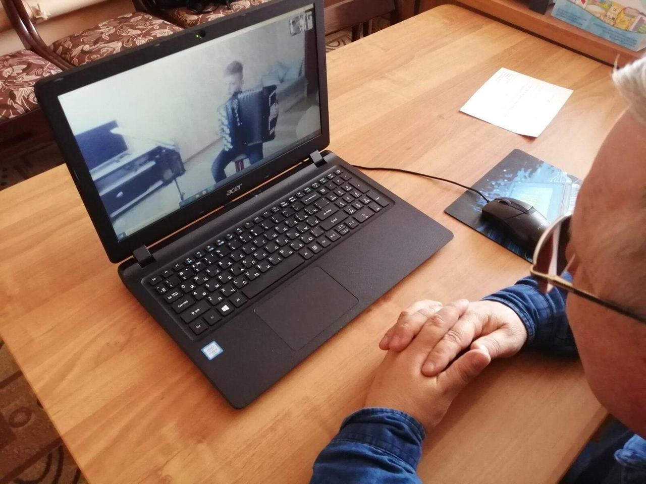 Педагоги школы искусств Петровска проводят занятия с воспитанниками в формате видеосвязи