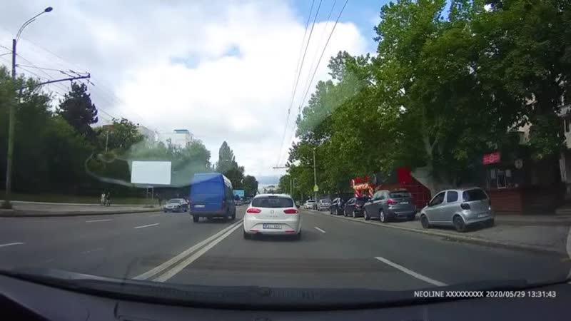 Выезд на встречную полосу микроавтобуса на Ботанике возмутил водителей.