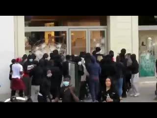 Граждане в Брюсселе, грабят бутик Salvatore Ferragamo, выражая протест против расизма и попрания прав чернокожих