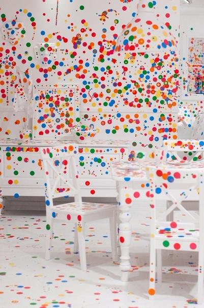 Что произойдет, если дать детям 1000 наклеек и оставить одних в комнате Японская художница Яёи Кусама (Yayoi usama) придумала ну очень крутую инсталляцию. На территории галереи современного