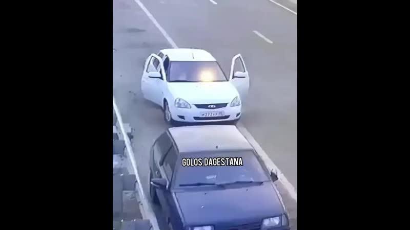 Будьте осторожны Парковаться нужно ближе к обочине и прежде чем открывать дверь нужно убедиться в безопасности