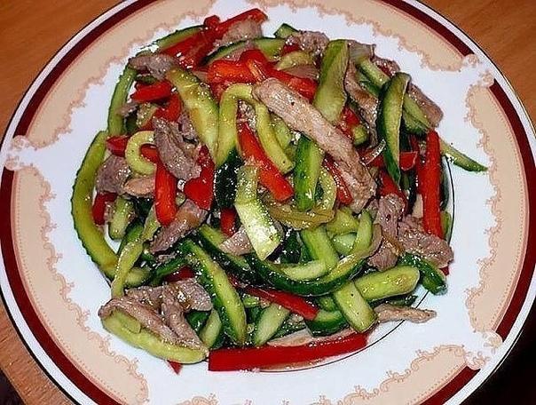 Салат из огурцов и мяса.