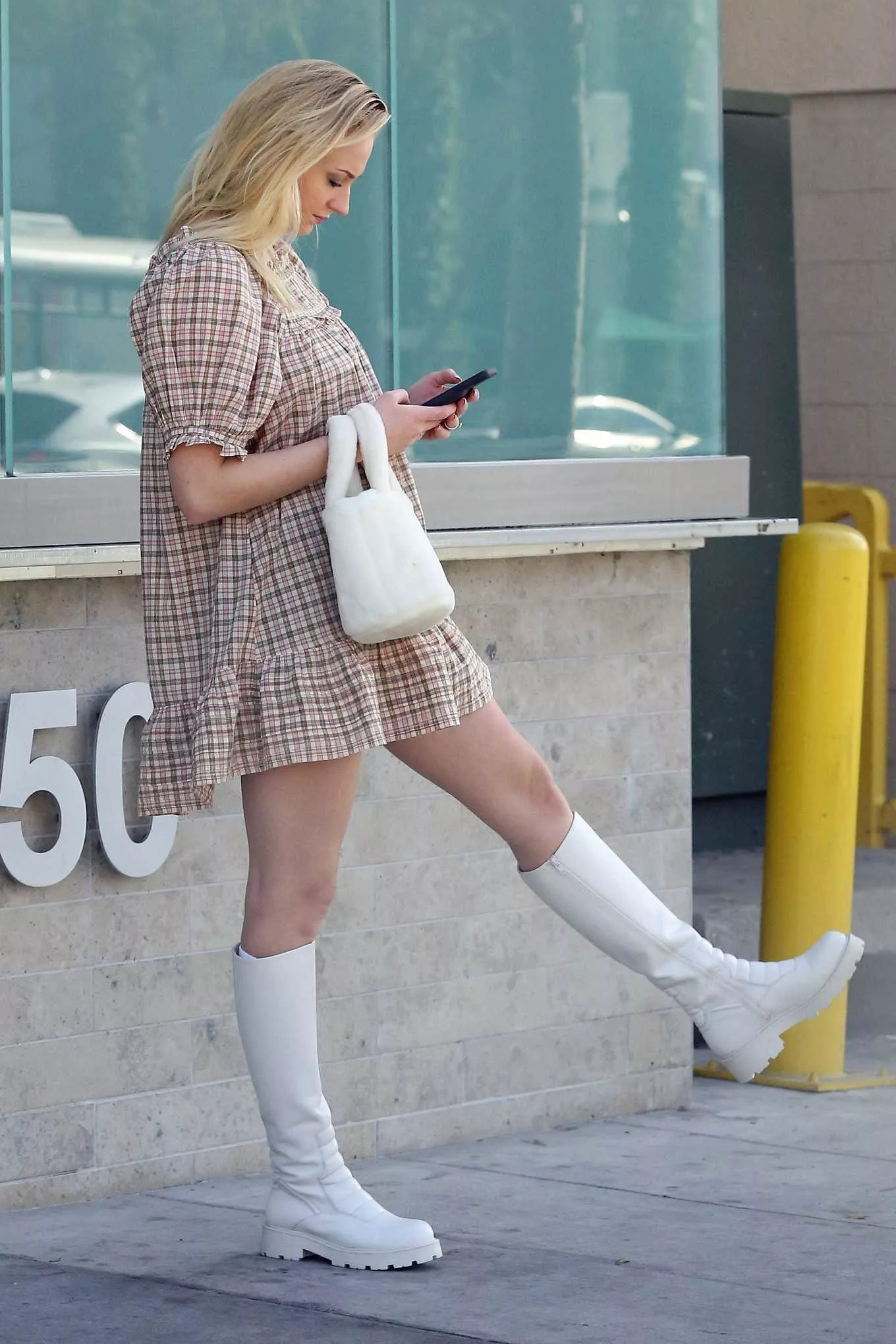Стройные ноги Софи Тернер даже во время беременности