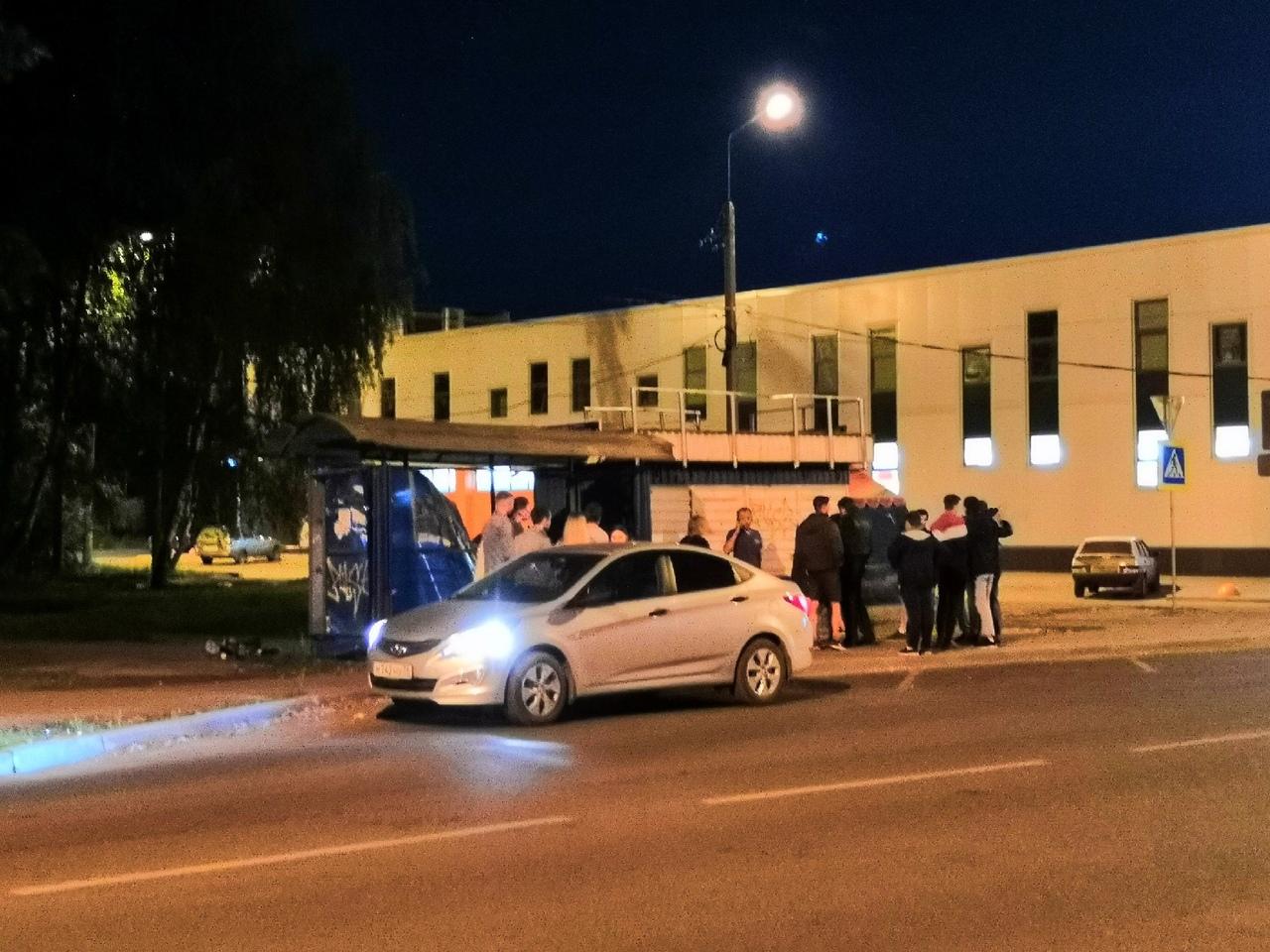 Пьяная ярославна разнесла остановку на улице Пирогова