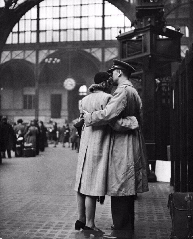 Вокзал видел больше искренних поцелуев, чем ЗАГС.