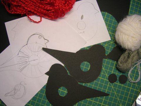 СНЕГИРЬ ИЗ ПОМПОНА Сделать такую птичку очень просто. Делается она точно также как обычный круглый помпон из пряжи, разница лишь в том, что в качестве основы берутся не два кольца из картона, а