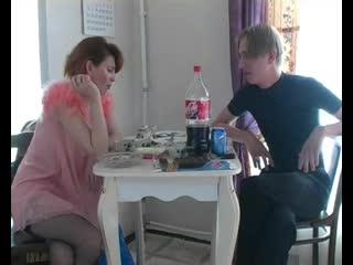 Русское любительское порно - Неопытный подросток трахнул зрелую пьяную тётю