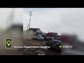 Буря в пустыне: в Башкирии с помощью щеток чистят улицу от пыли