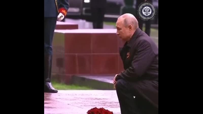 Путин возложил букет красных роз кВечному огню уМогилы Неизвестного солдата вАлександровском саду.