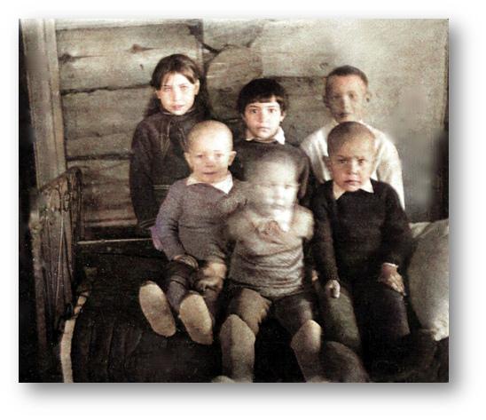 Фото 1943 года, его папа всю войну носил в кармане гимнастерки. На фото дети военного времени, верхний ряд слева направо: Геля, Нина, Эдик (папин племянник), нижний ряд: Юра, Аннушка, Вова