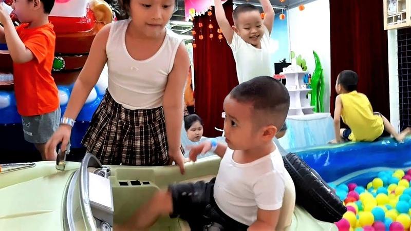 Gia Linh và em Cò mua sắm rồi xuống khu vui chơi giải trí trẻ em chơi nhà bóng