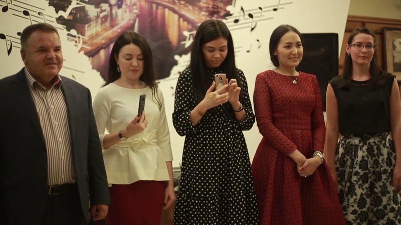 Поэтесса Назифа Каримова читает гимн Штаба татар Москвы