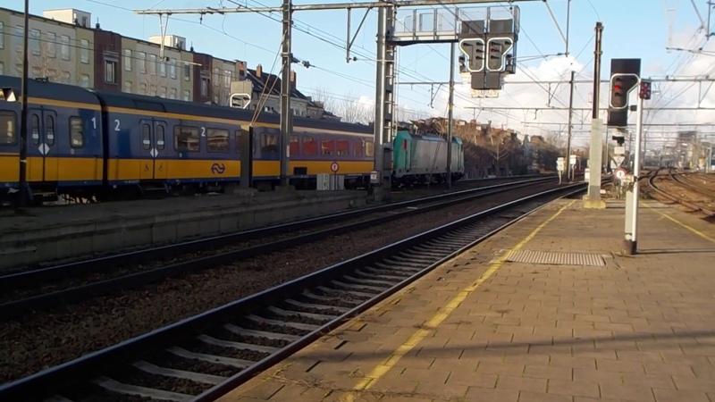 Traxx 2803 vertrekt met Beneluxtrein in station Antwerpen Berchem