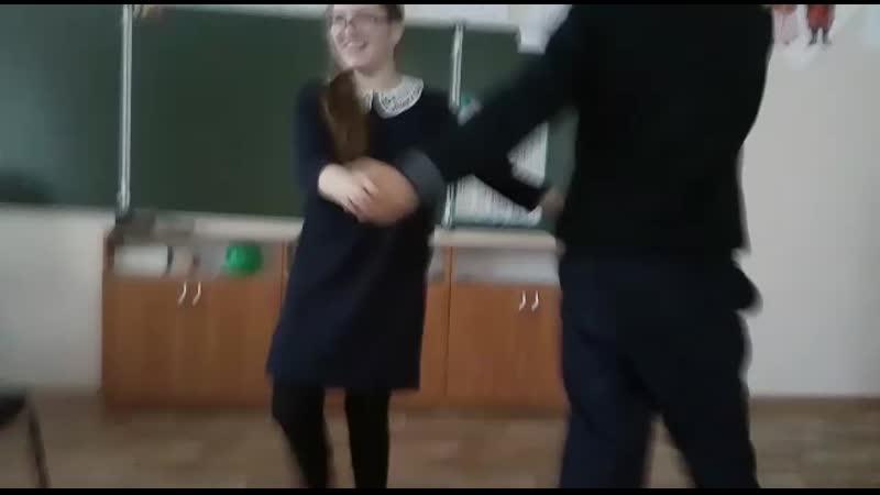 Андрей с Кариной танцуют