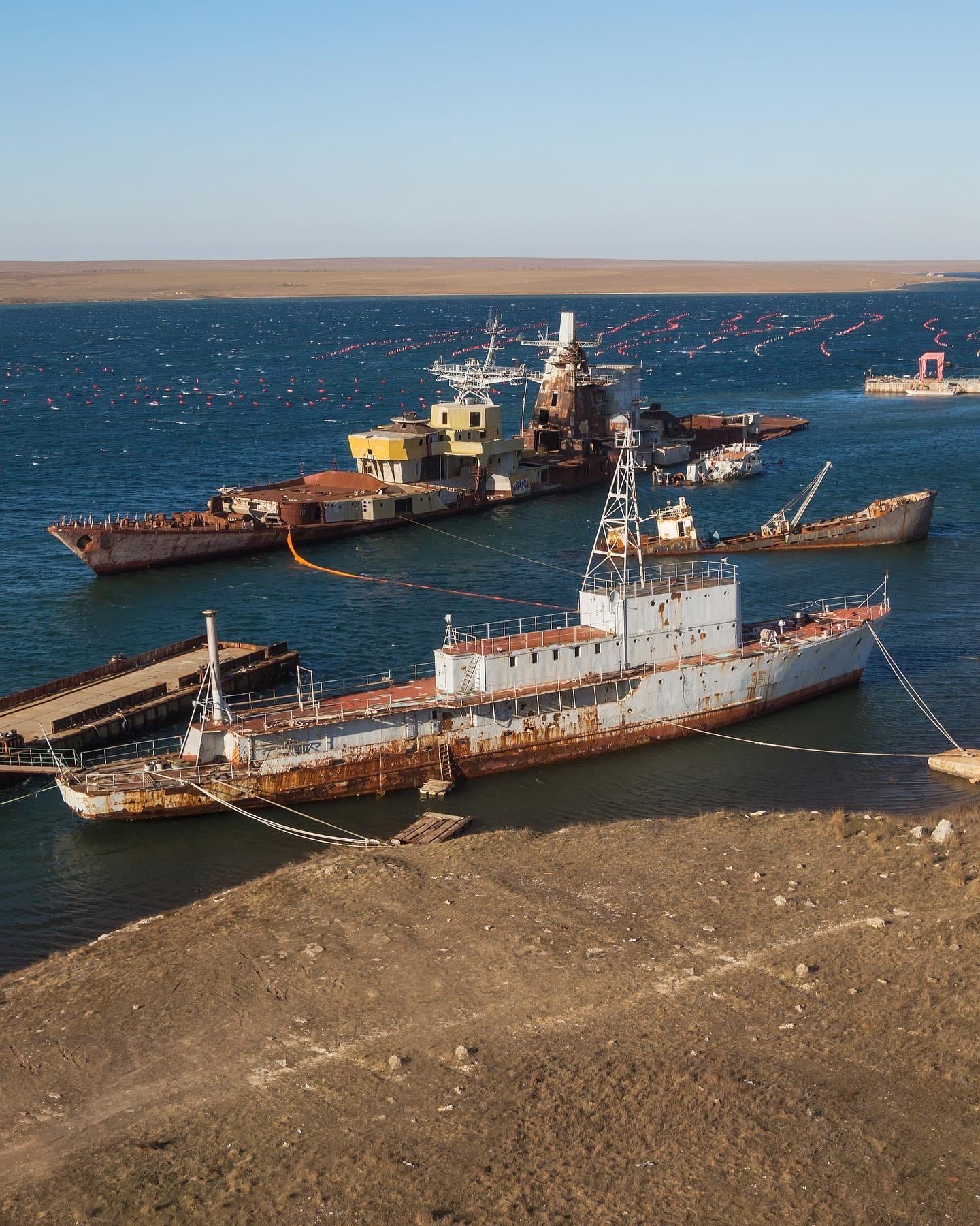 Крым. Заброшенные корабли на озере Донузлав - фото - Фото