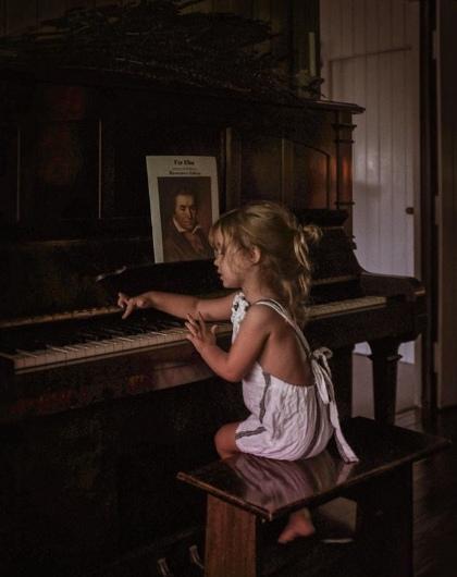 СКАЗКА ПРО БОЖИЙ ДАР. Жили - были две девочки с Божьим даром. Одну родители очень ждали, любили, старательно развивали и учили, умная получилась девочка, ещё и с Божьим даром. Подумала однажды