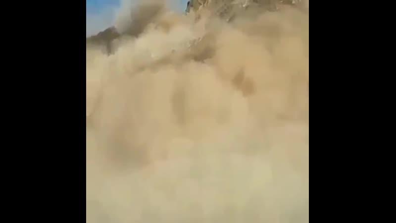 Время рушит горы Крах вершины горы Кара Keche Оползень который начал спускаться с горы Кара Keche Киргизия превратился в о