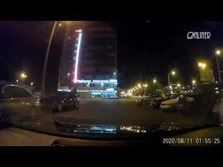 Белорус снял, как ОМОН с дубинками нападает на его машину, пока она едет на силовиков [NR]