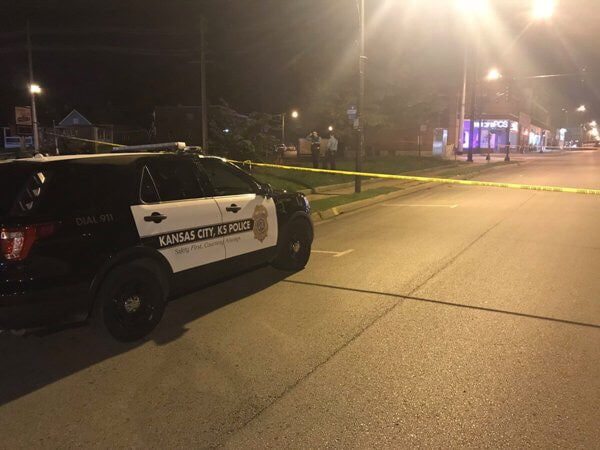 Четыре человека погибли и пять ранены в результате стрельбы в баре в американском городе Канзас-Сити Неизвестный зашёл в бар и открыл огонь по посетителям.Полиция не исключает, что подозреваемый