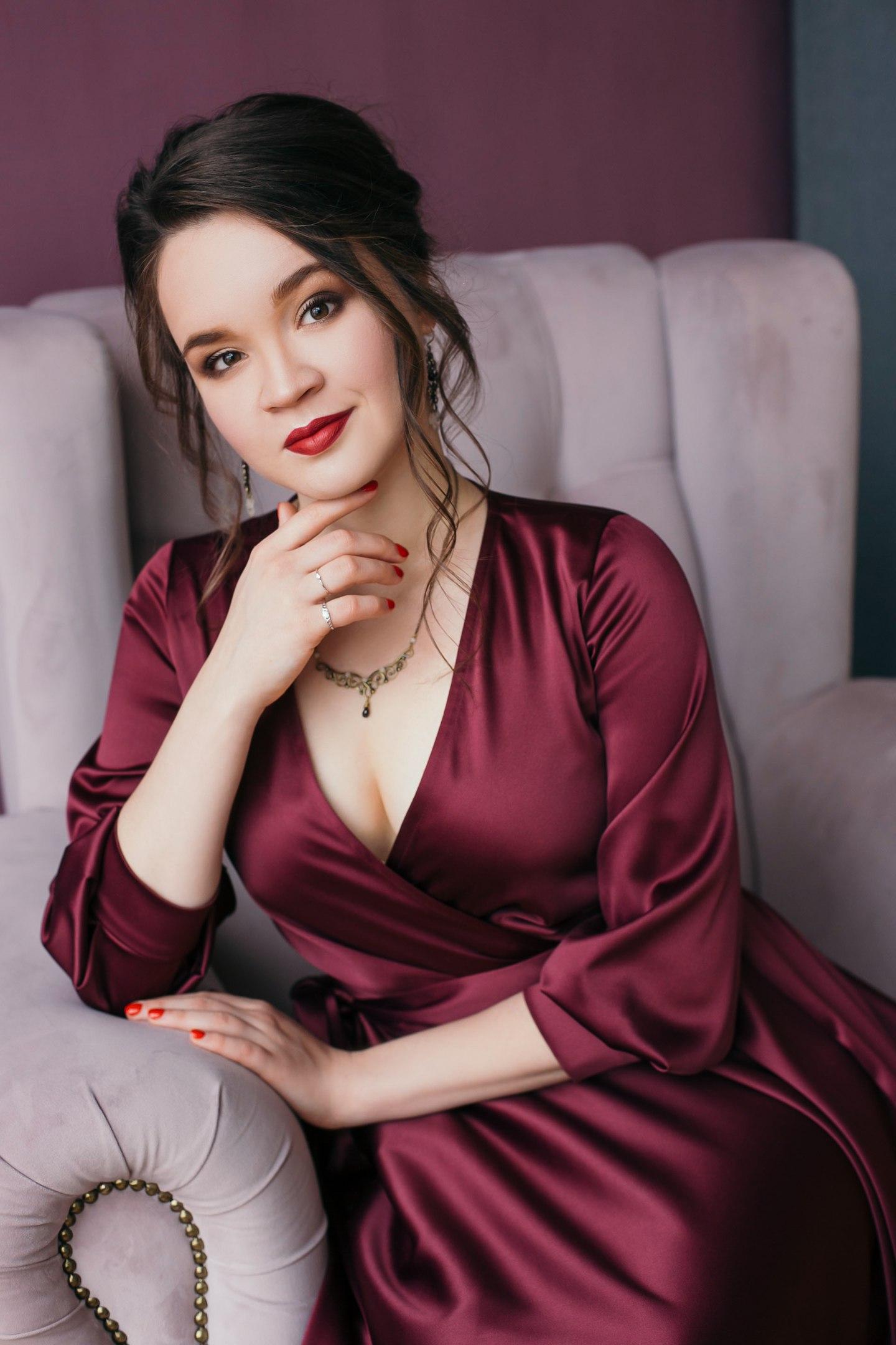 Утонченное платье-миди в любимом цвете марсалаВ нём вы выглядите роскошно без дополнительного лоска из аксессуаров, сложной причёски и макияжа.