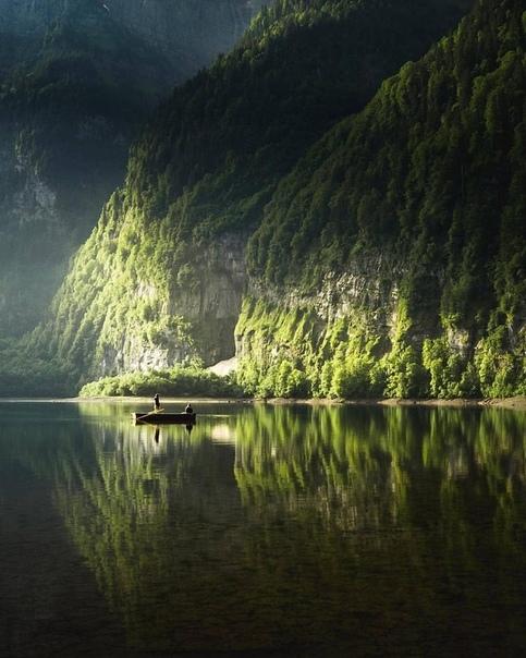 А где-то тишина соединилась с красотой, Которой невозможно надышаться. И запах леса... Он тaкой родной! Там нет проблем... Там повсеместно