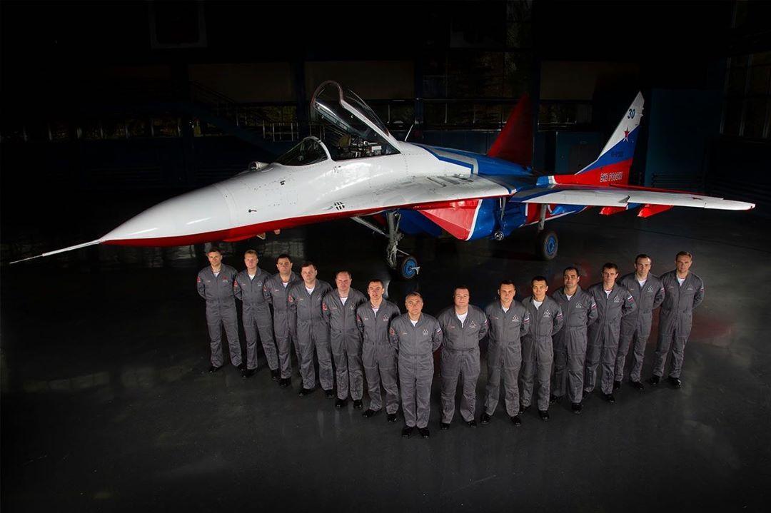 Лётный состав авиационной группы высшего пилотажа «СТРИЖИ»