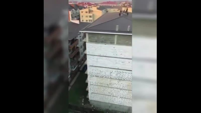 Улица Куликова поля. «Бесконтрольный выход детей на крышу. Выставите, пожалуйста. Может, родители заметят своих детей»,