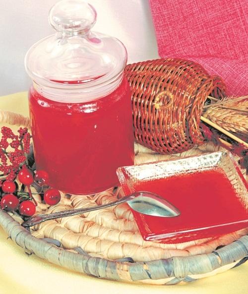 Желе из красной смородины 1 кг красной смородины, 1,2 кг сахара, 200 мл воды, 2 ст. л. лимонного сока. Смородину перебрать, ягоды отделить от кистей и вымыть на плаву в холодной воде. Выложить в