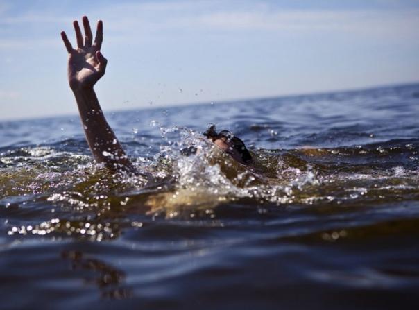 Утопленник Начались летние каникулы, и мы купались на пляже. Неожиданно кто-то громко закричал: «Человек утонул! Человек утонул!». Все что играло, было моментально выключено, и на пляже стало