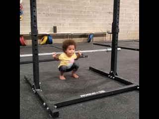 Малышка в свои 3 года уже приседает 7 кг на 3 раза