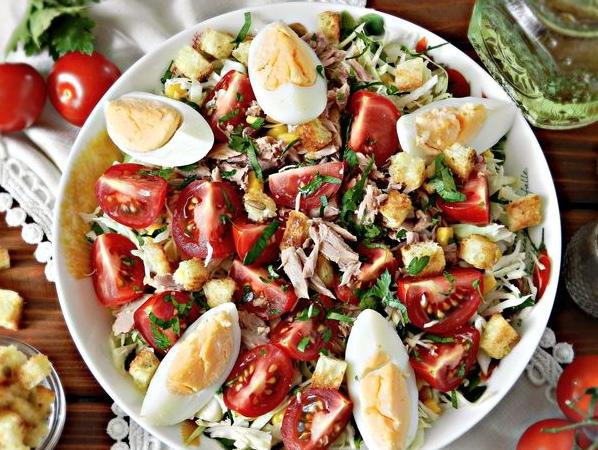 Капустный салат с тунцом, помидорами и кукурузой