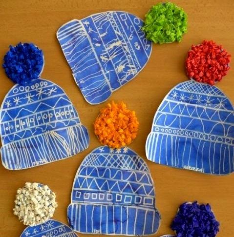 Поделки зима шапки Такие поделки из бумаги можно делать с детьми 5-6 лет зимой. Получаются бумажные шапочки с объемными помпонами из бумажных салфеток.Основу шапки с помпоном вырезаем из плотной