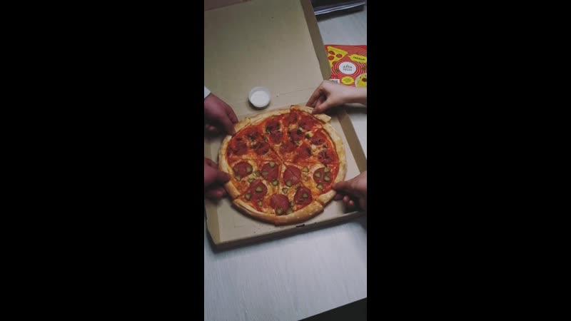 Пицца-половинки - Салями и халапеньо Сыровяленая ветчина и корнишоны