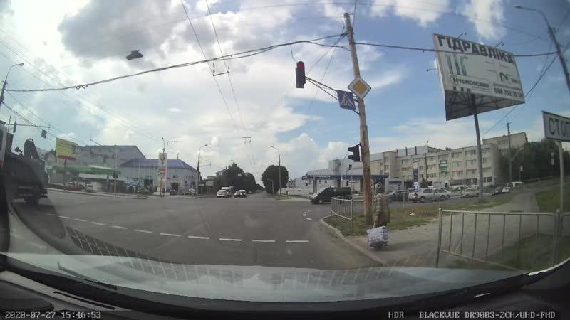 Водій у Луцьку перевів бабусю через дорогу