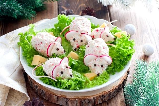 Идеи для новогоднего стола. ЗАКУСКА КРАБОВЫЕ МЫШКИ Ингредиенты: Сыр плавленый - 180 гр Крабовые палочки - 150 гр Яйца - 2 шт Чеснок - 1 зубчик (по вкусу) Майонез - 2 ст. ложки Соль - по вкусу