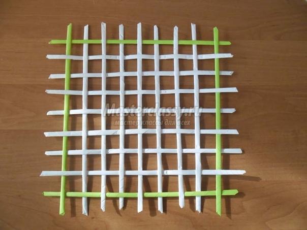 Панно в технике бумагопластика ко Дню Матери Материалы и инструменты: офисная бумага А-4 (белая, жёлтая, зеленная, оранжевая, красная, розовая), клей ПВА, линейка, карандаш, ножницы, две монетки