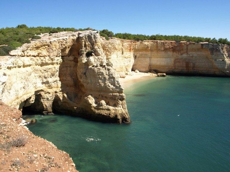 Интересные места нашей планеты Алгар-де-Бенагил (Португалия), изображение №2