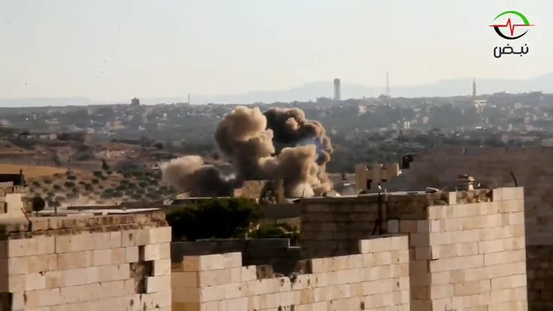 لحظة إلقاء البراميل المتفجرة من الطيران المروحي الأسدي على أطراف بلدة كفرومة في ريف إدلب