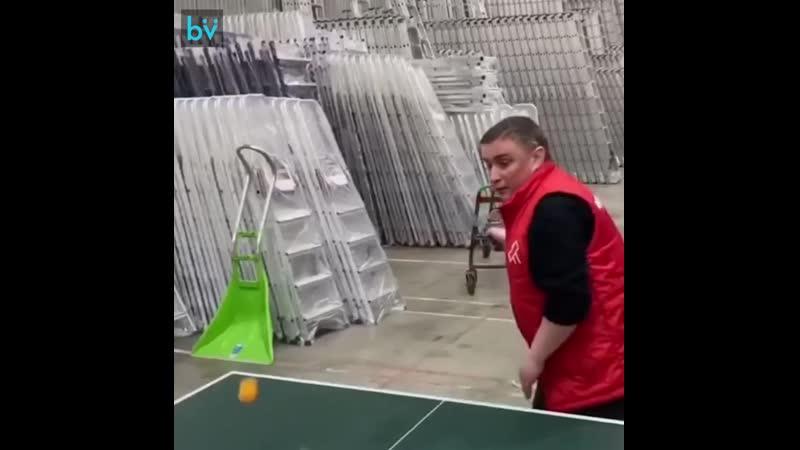 Вот такой вот пинг понг Парни со склада магазина развлекаются во время перерыва на обед