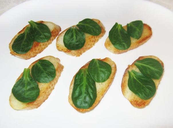 Бутерброды со скумбрией «Лодочки» Ингредиенты Багет - . Растительное масло - . Лайм - . Маслины - . Салат корн - или другой Скумбрия - консервированная кусковая Руккола - . . Багет нарезать