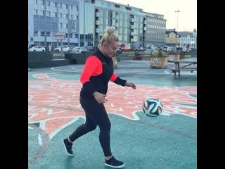 Выполняет трюки с мячом
