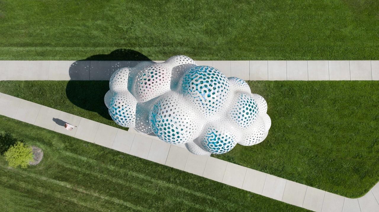 Нью-йоркская студия дизайна The Very Many построила павильон с белыми шарами и лампочками в нежно-голубых, розовых тонах внутри.