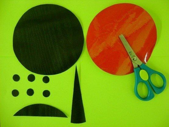 ПОДВЕСКИ ИЗ CD ДИСКОВ Понадобятся: Ножницы Клубок ниток Цветная самоклеящаяся бумага Клей момент Ватные палочки CD диски Линейка Чёрный фломастер, ручка или простой карандаш Процесс выполнения