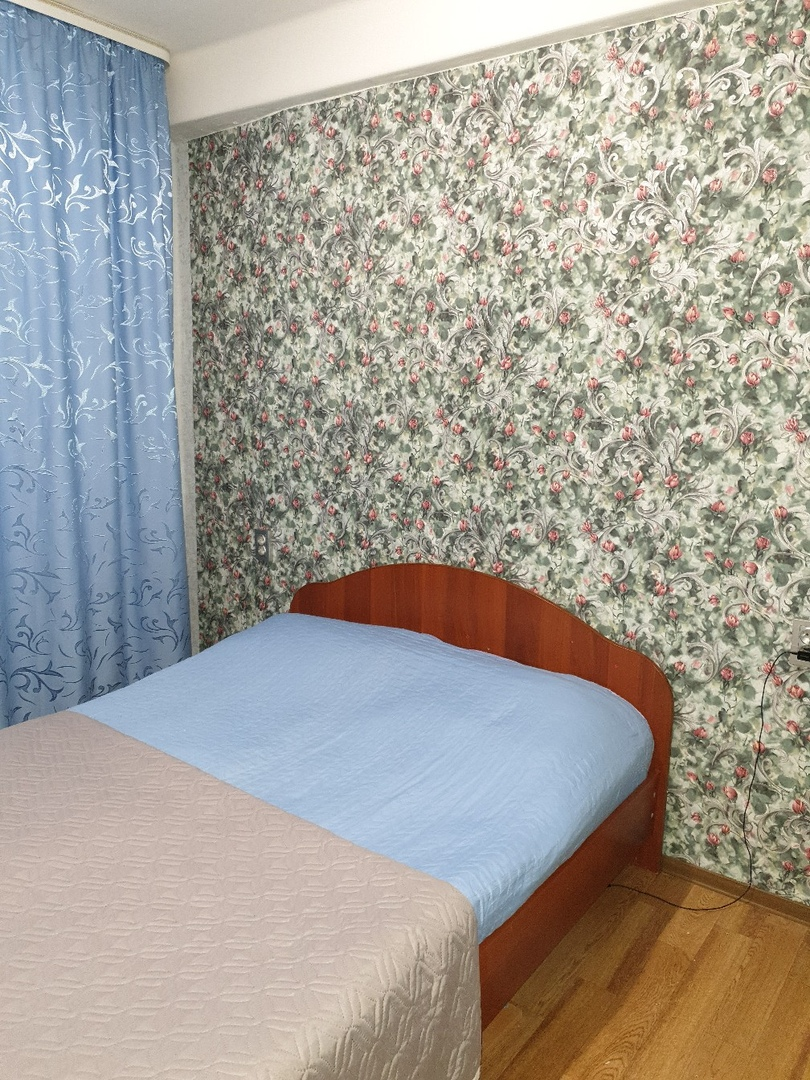 Муж сделал ремонт. Осталось натянуть потолок и купить новый спальный гарнитур ( кровать и 2 тумбочки).