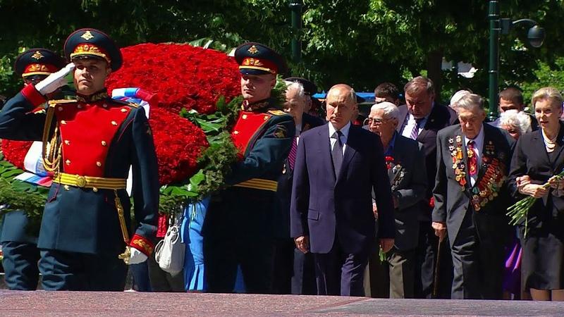 Владимир Путин прибыл в Александровский сад чтобы возложить венок к Могиле Неизвестного Солдата