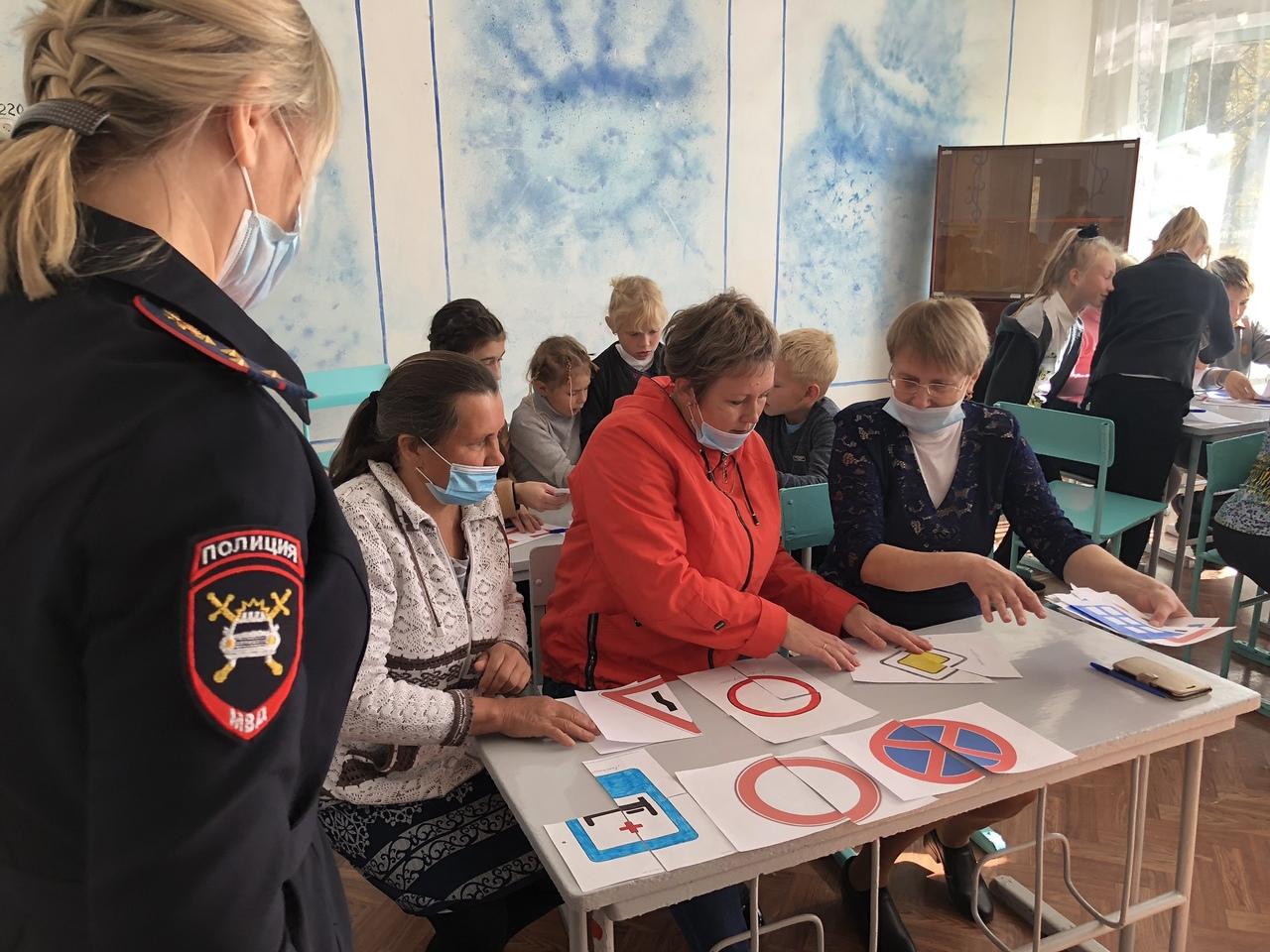 Сотрудники Госавтоинспекции проверили, насколько хорошо педагоги школы посёлка Мирный Петровского района знают правила дорожного движения